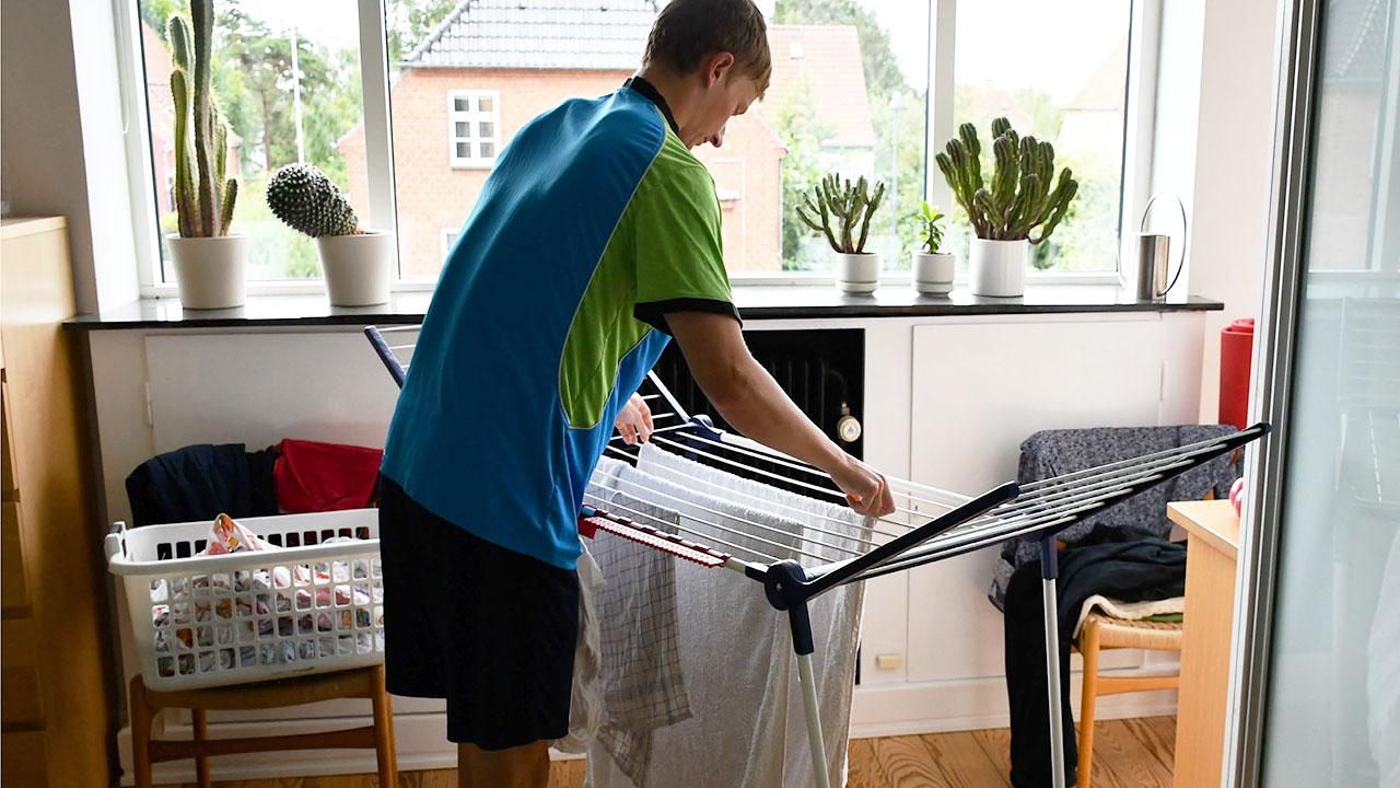 Tøjtørring indenfor kan være en væsentlig kilde til fugtproblemer i boligen og et vigtigt element i din indeklimaadfærd.